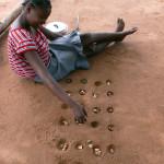 18_Joven jugando al juego nacional mozambicano, Ntchuva