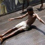 NIÑOS JUGANDO EN LA ORILLA DEL RIO NIGER EN SEGOU