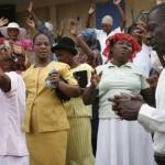 Haitianos rezando en las calles de Prt.Principe. Foto. JL.Cuesta