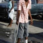Terremoto en Haiti. Un herido en el terremoto camina por Puerto Principe