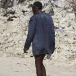 Terremoto en Haiti. Un hombre demente camina por las calles de Puerto Principe