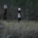 Terremoto en Haiti.  Transportando agua. Haiti