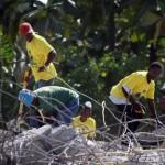 Terremoto en Haiti.  Haitianos retirando hierro de las ruinas