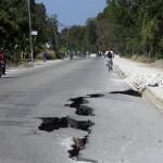 Terremoto en Haiti. Grieta provocada por el seismo en la carretera de Leogane