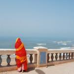 Mujer local mirando las playas de Sidi Ifni