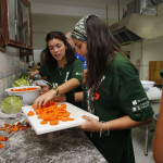 Preparando la cena en Atil Codespa
