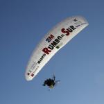 El parapente de la expedicion vuela  en Cala Iris, Alucemas