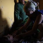 La medico de la expedicion atiende a una mujer local enferma de varios dias