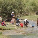 Mujeres bereberes del medio Atlas lavando en el rio