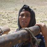 Una familia de nomadas bereberes del Atlas desmontando sus haimas