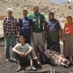 Telmo Aldaz junto a una familia bereber