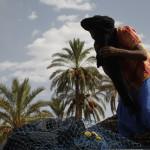 Un bereber en la carretera muestra un lagarto de cola partida y un camaleon