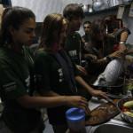 Expedicionarios ayudando en la cocina de La Suerte Loca