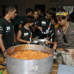 Expedicion Madrid Rumbo al Sur 2011 Preparando y sirviendo la comida