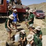 Llenando nuestro camion cisterna a cubos con el agua de un manantial