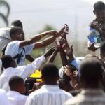 Terremoto en Haiti.  Reparto de agua potable por las calles de Puerto Principe