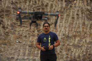 Espa–a Rumbo al Sur 2017.Ibrahim volando el dron. (Photo: Jose L. Cuesta)